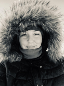 image d'une femme blanche souriante portant un parka d'hiver